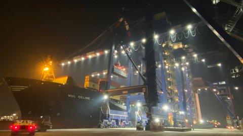 Quattro-gru-di-banchina-lavorano-la-MSC-Celine-al-Terminal-Container-Ravenna